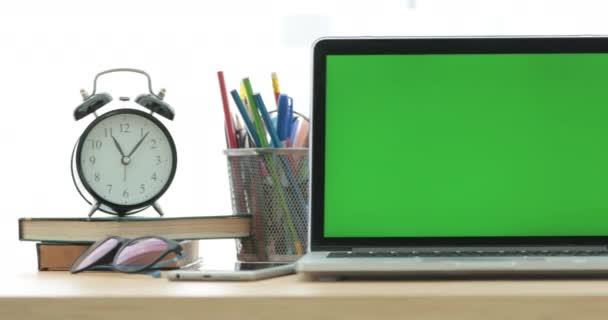 Dolly shot z přenosného počítače s zelená obrazovka.