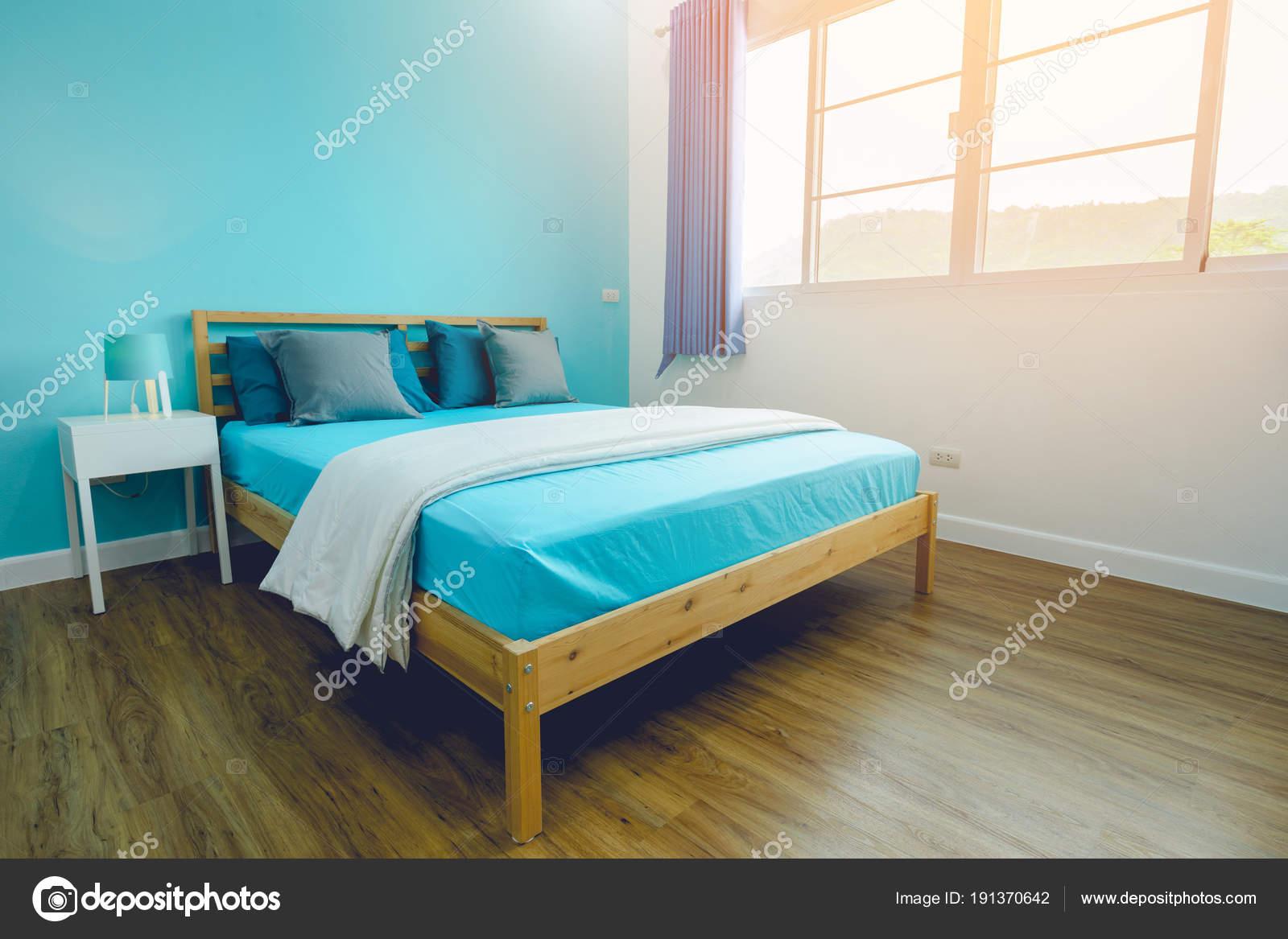 Ragazzo blu brillante camera da letto con accessori bianchi ...