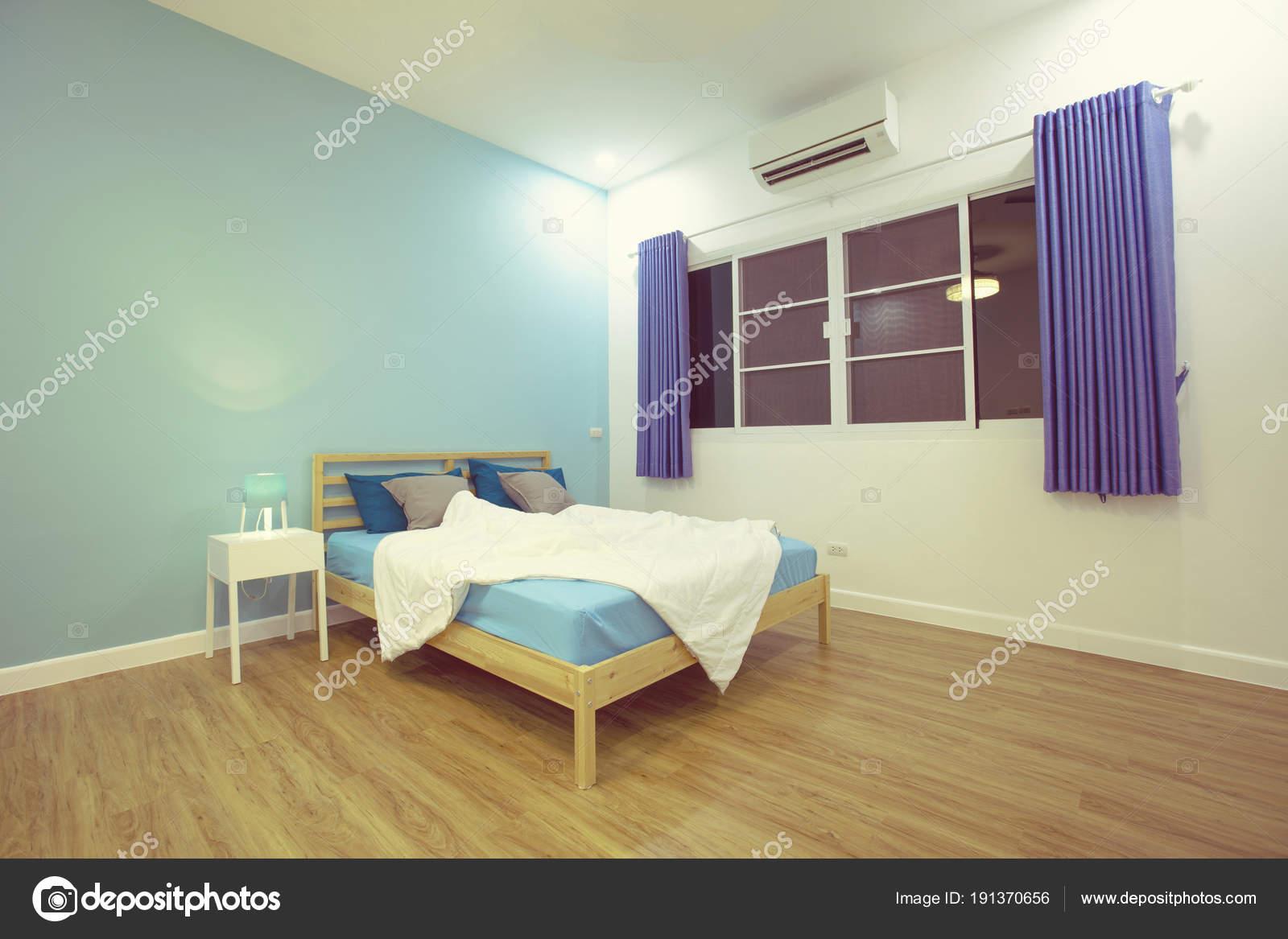 jongen kamer blauwe lichte slaapkamer met witte accessoires stockfoto