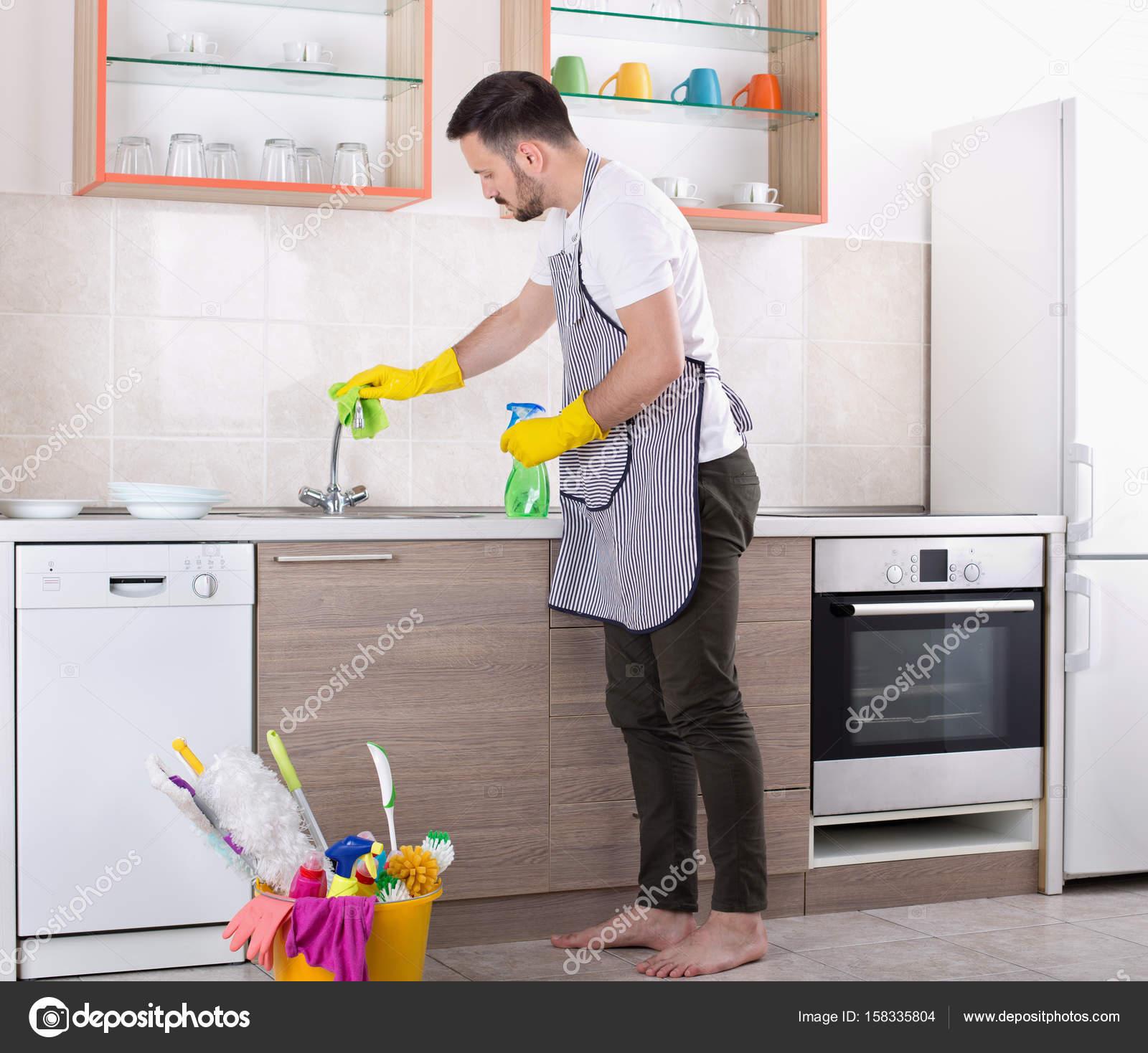Mann Reinigung Kuche Wasserhahn Stockfoto C Budabar 158335804