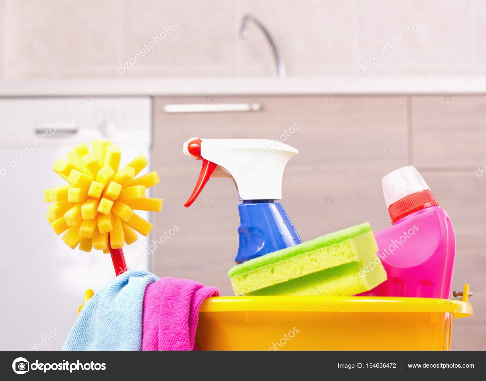 Prodotti per la pulizia nel secchio in cucina — Foto Stock © budabar ...