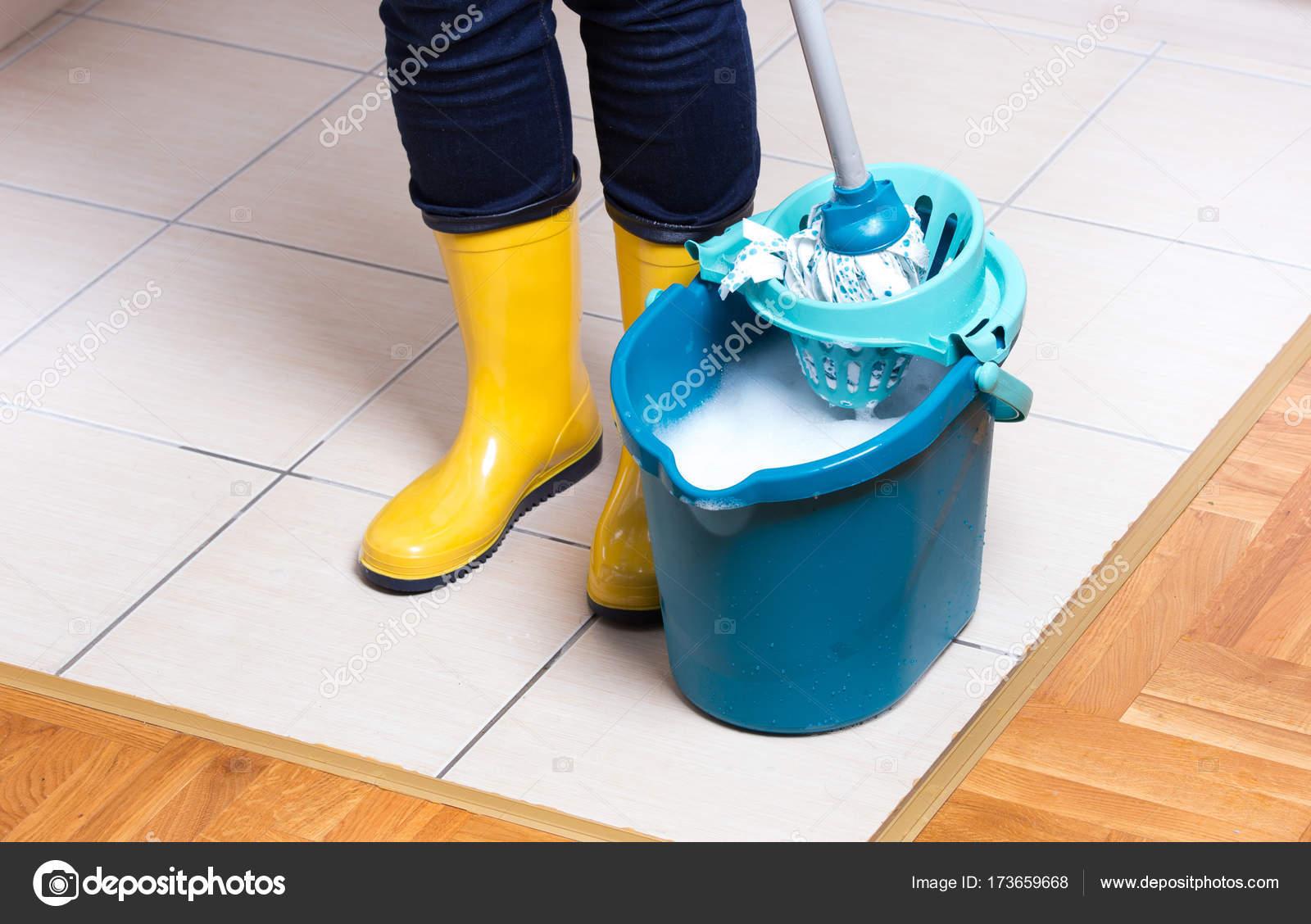 Fußboden Richtig Wischen ~ Haushälterin gefliesten fußboden wischen u stockfoto budabar