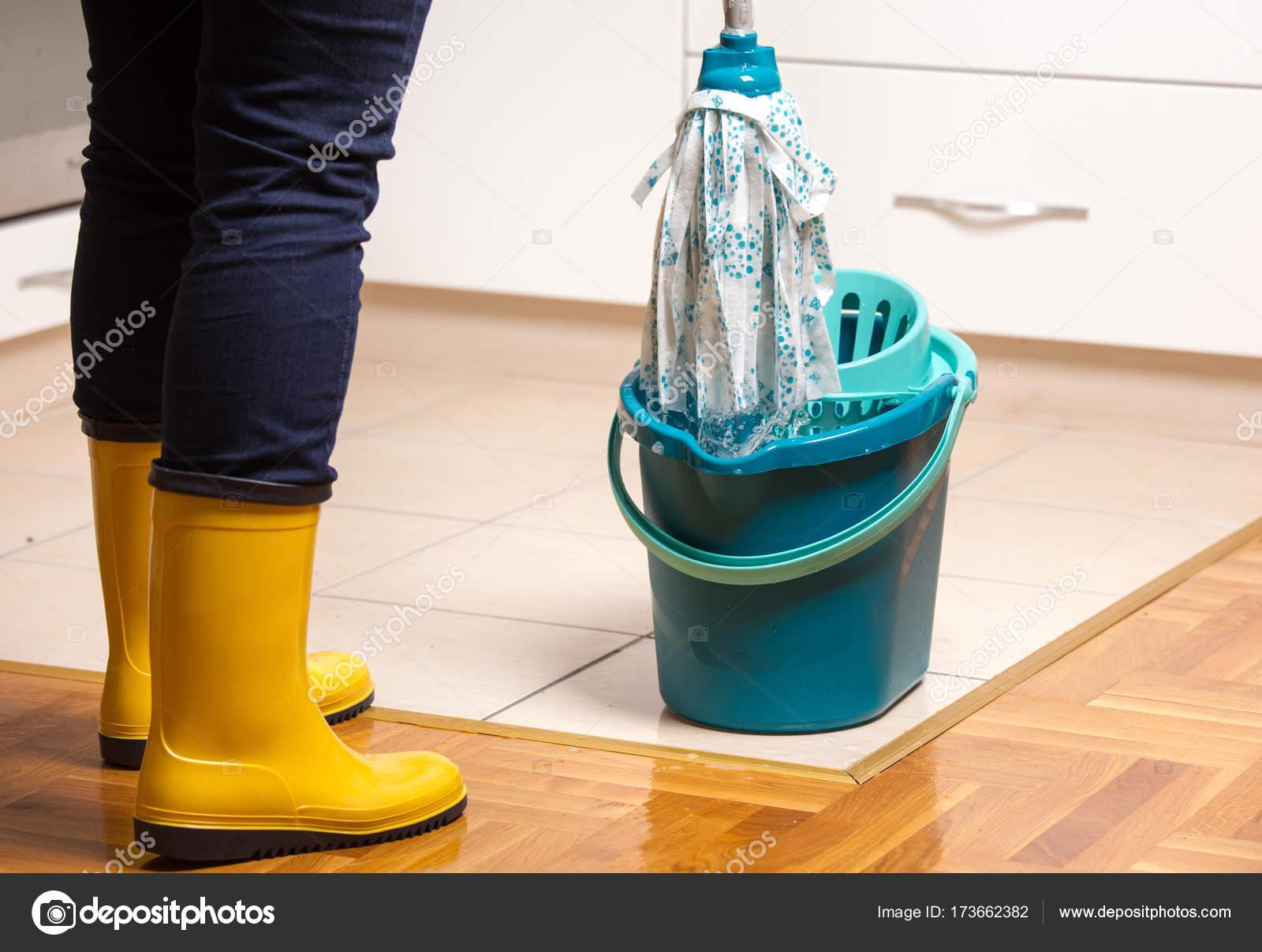 Fußboden Wischen ~ Haushälterin gefliesten fußboden wischen u2014 stockfoto © budabar