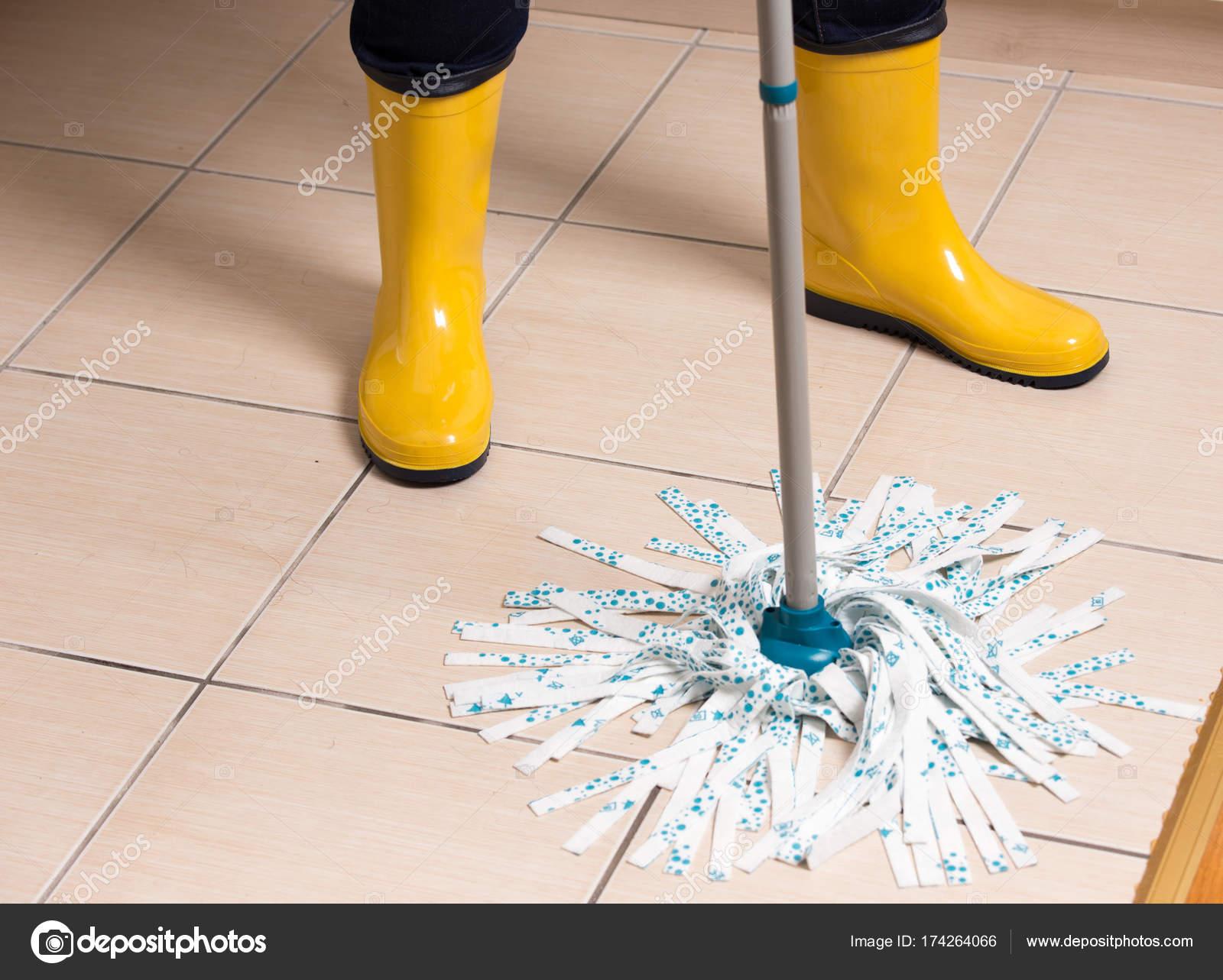 Fußboden Wischen ~ Haushälterin gefliesten fußboden wischen u stockfoto budabar
