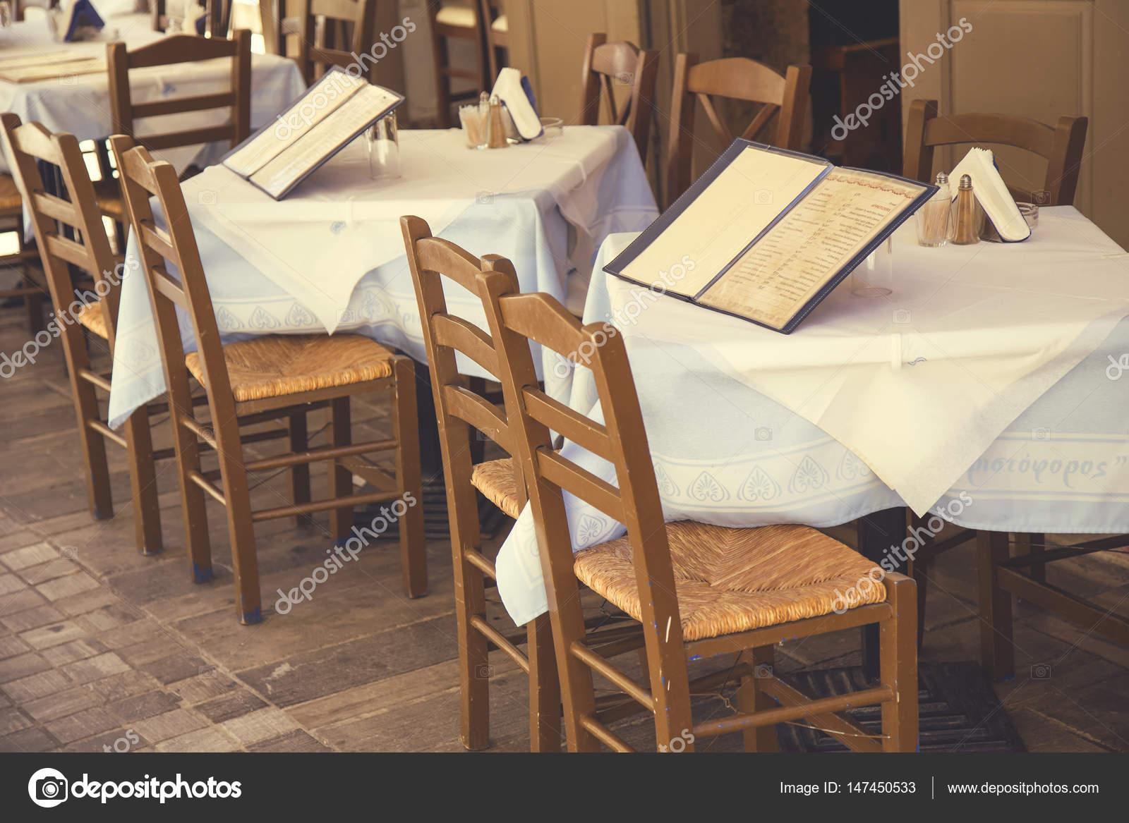 Tavoli con sedie e scheda del menu 4 — Foto Editoriale Stock ...