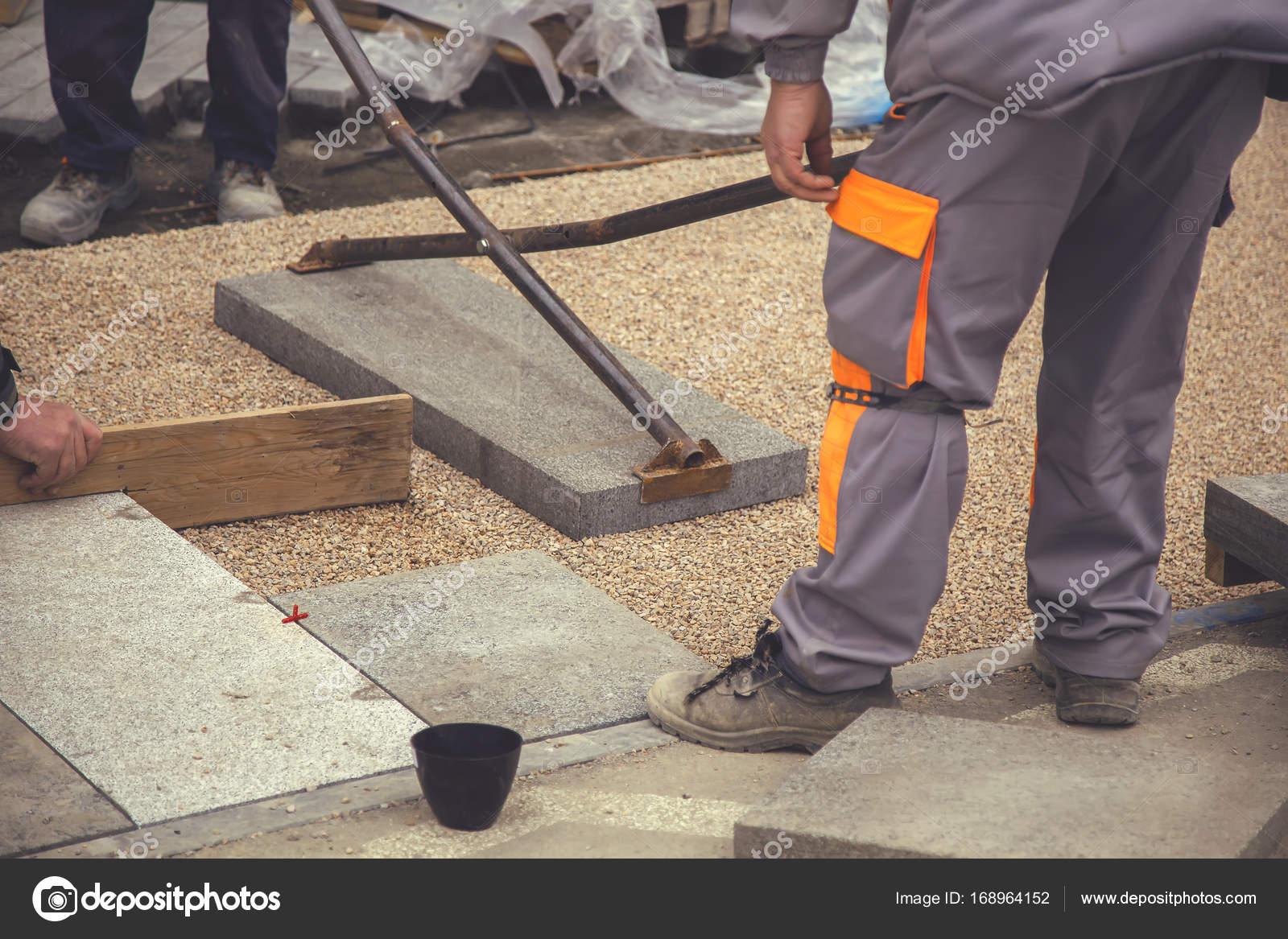 baumeister arbeiter legen große pflastersteine 2 — stockfoto