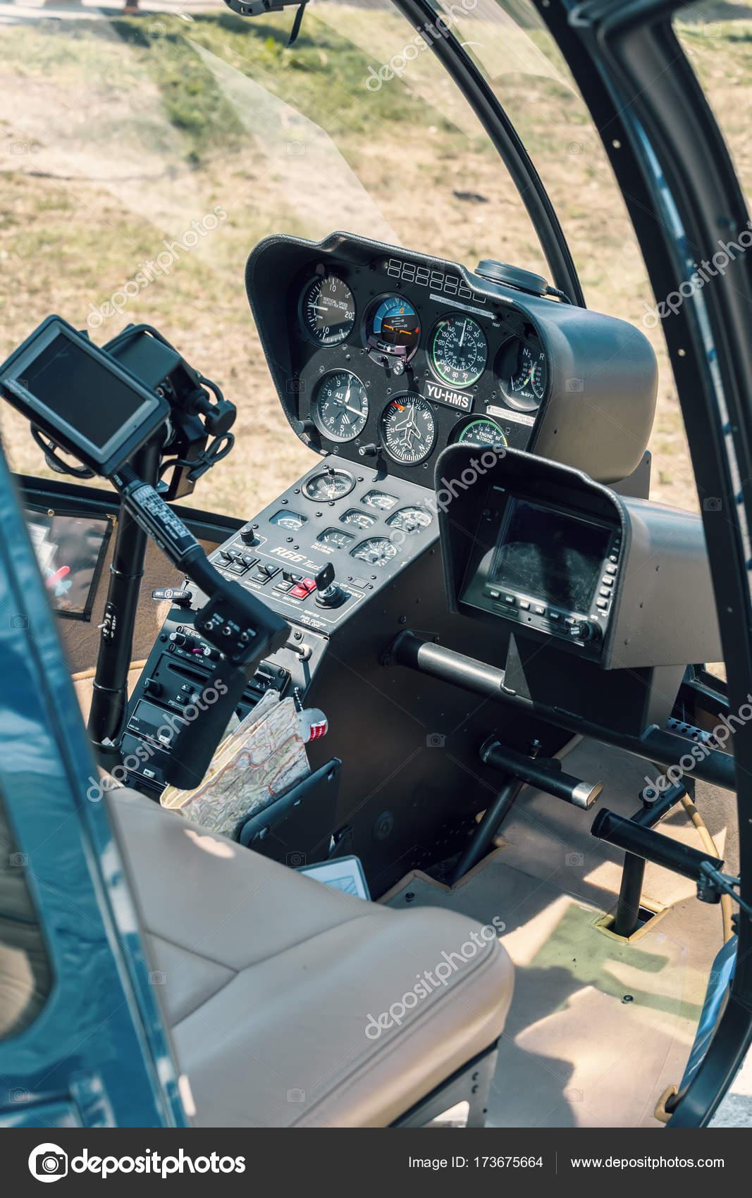 Elicottero R66 : Cabina di pilotaggio di elicottero robinson r u foto editoriale