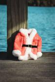 Vánoce na Floridě. Santa kabát s jasně modrým jezerem pozadí.