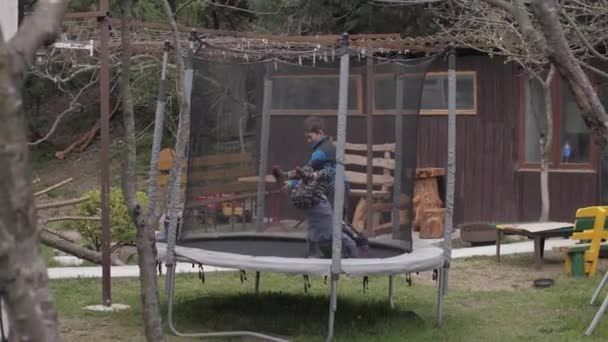 Junge und Mädchen springen auf Trampolin