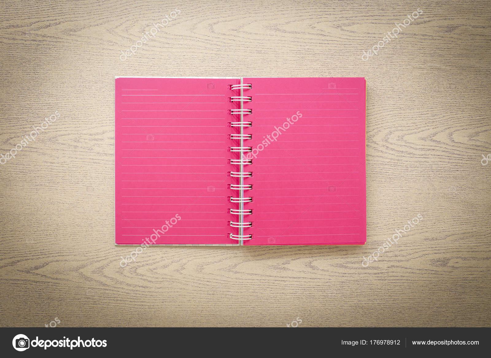 4612716909f Draufsicht Fokus auf offenes Buch rote leere Seiten auf Holz Textur. Ziele  setzen und Inspiration Ideen. Vintage und Retro-Foto, minimalistischen Stil  ...