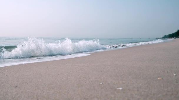 Pohled na tropickou písečnou pláž.