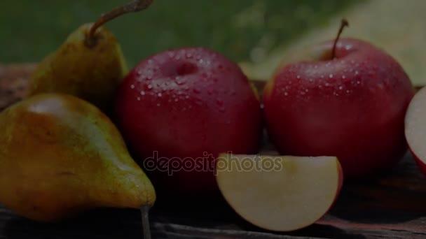 Lahodné čerstvé ovoce. Jablka a hrušky po kapky ranní Rosy s vodou. Venku
