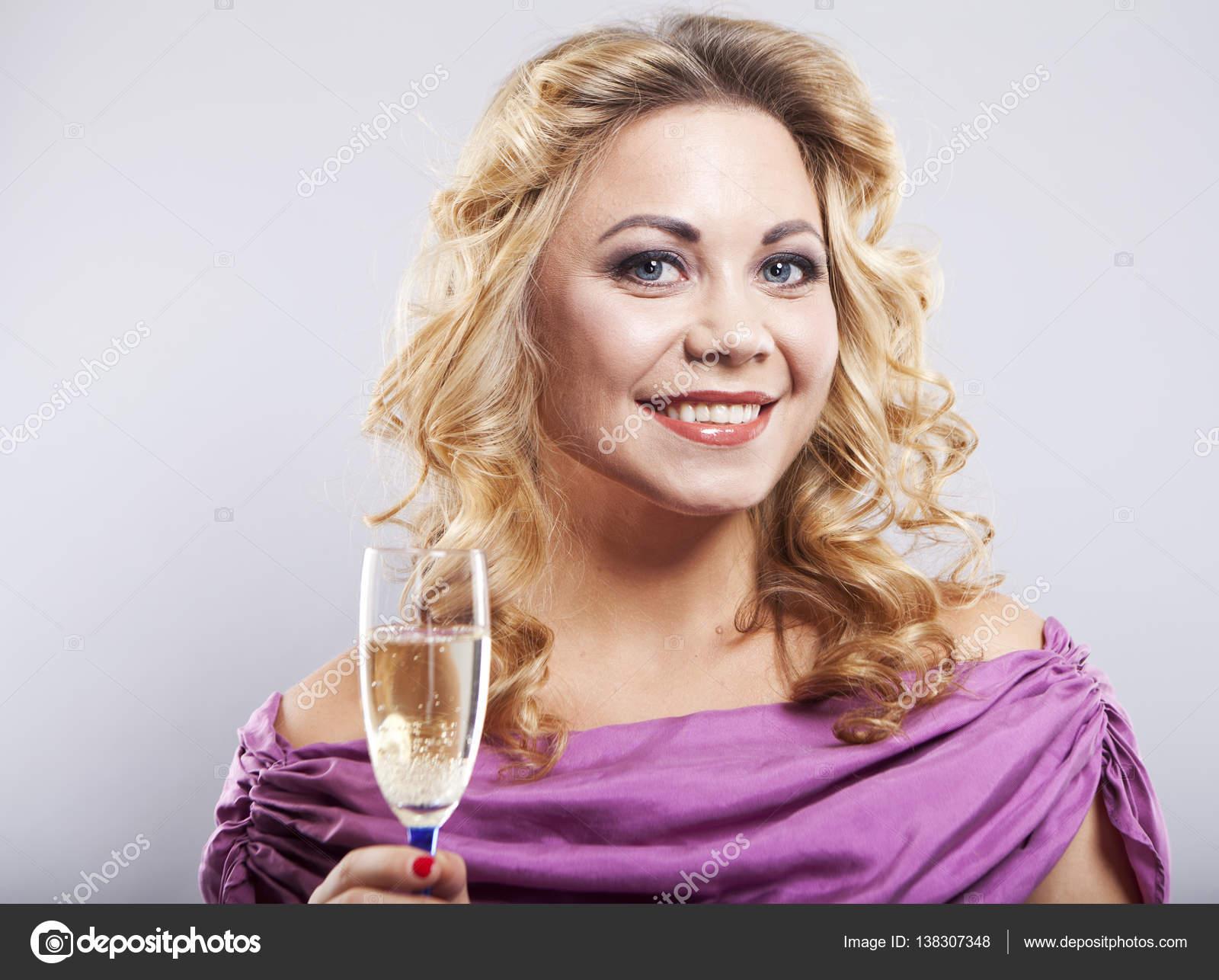 foto-blondinki-v-shampanskom-video-pornuha-starenkih-filmov