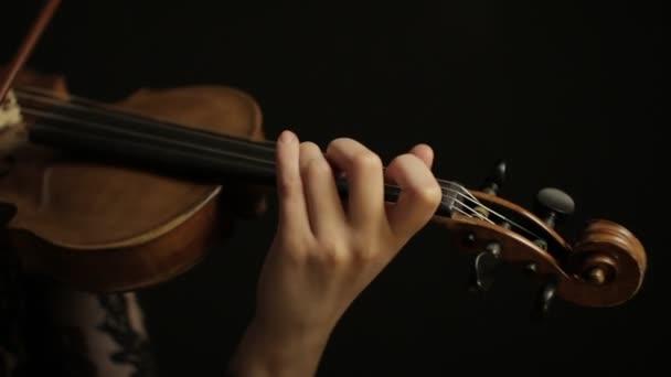Gyönyörű nő hegedül. Mosolygós zenész lány. Boldog hegedűst. A művésznek fellépése van. Zenei előadás.