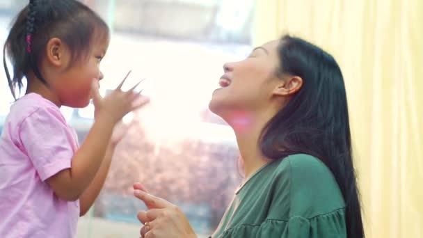 Felice famiglia amorevole. Madre e sua figlia bambino ragazza giocare alto cinque e abbracciare