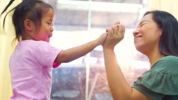 Šťastná milující rodina. Matka a její dcera dítě dívka hrát high five a objímání