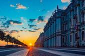 Petrohrad. Rusko. Zimní palác. Palácové náměstí. Dawn Museums of St. Petersburg. Ranní cesta. Palácový nábřeží. Památky na Petrohrad. Exkurze do muzeí v Rusku. Cestuje do Ruska