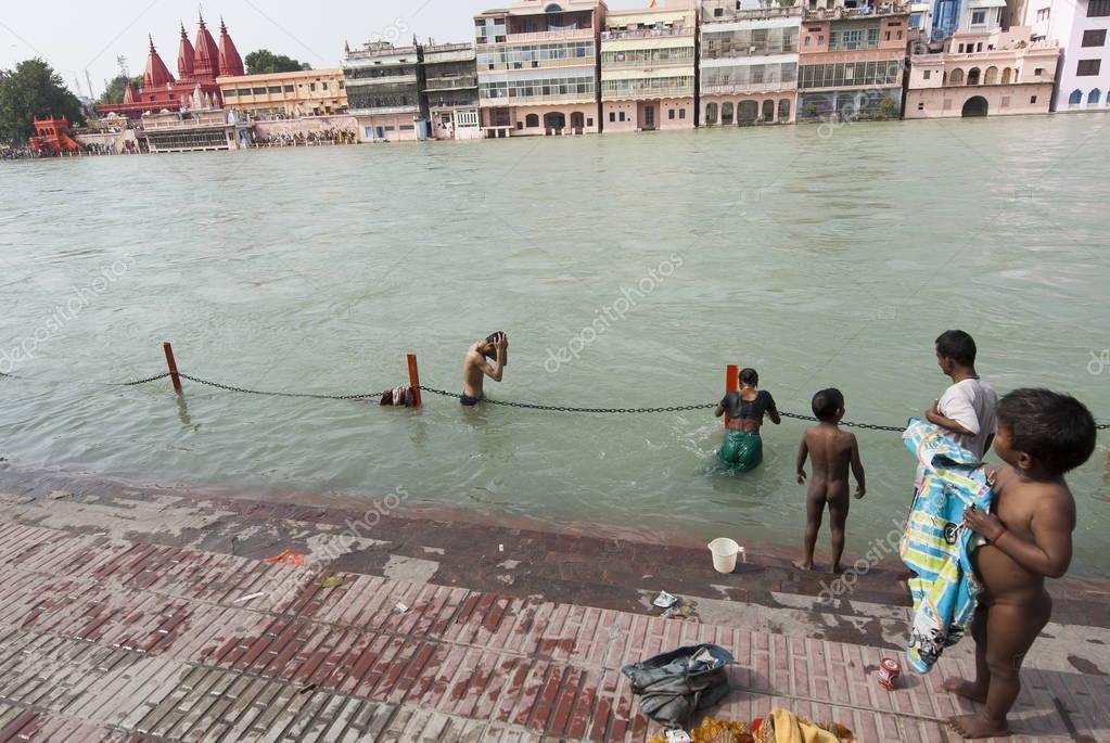 Hindous se baignent dans le gange au cours de la kumbha - Bagno nel gange malattie ...
