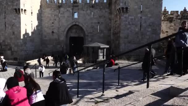 Jeruzalém, Izrael 20. ledna 2020 Chodci poflakující se u Damaškové brány