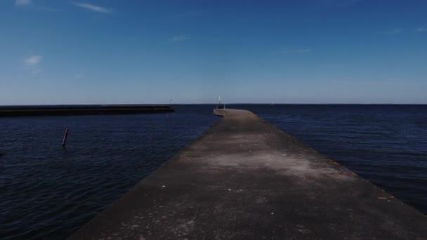 Morbylanga, Oland, Schweden Ein Steg in die Ostsee an einem sonnigen Tag