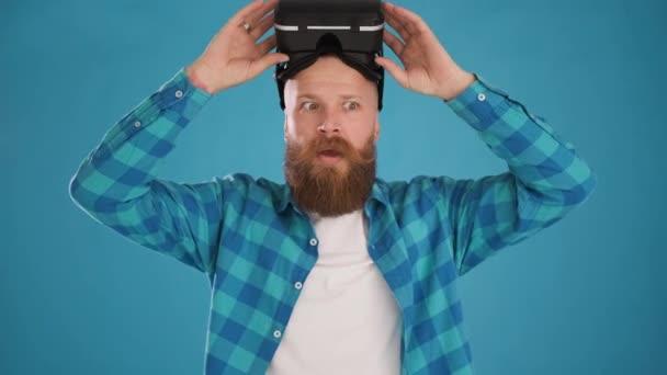 Mann nimmt moderne 3D VR Augmented Reality Brille ab, schockiert, interessiert