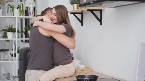 Nahaufnahme sexy paar zu Hause kitchen.man hände berühren frau sitzen auf tisch