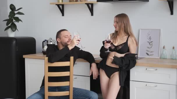 erotické páry flirtuje v domácí kuchyni.drink červené víno Kavkazský