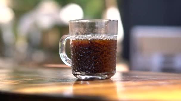 Káva teče z kofeinu stroje v časovém limitu