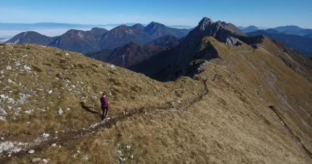 Ženské tramp chůzi horský hřeben