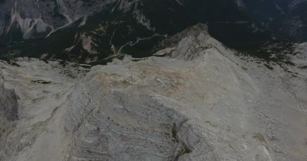Letecký pohled horského hřebene s výhledem na zvyšování směrem k východu