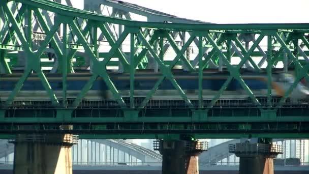 vlaky, procházející přes most