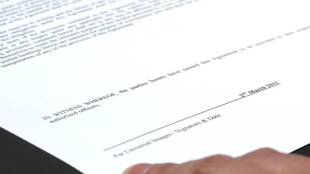 mužské ruky podepisování dokumentů, ekonomické a obchodní koncept