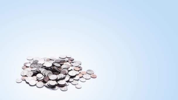 klíčení, rostoucí v hromádku mincí, koncept ekonomiky