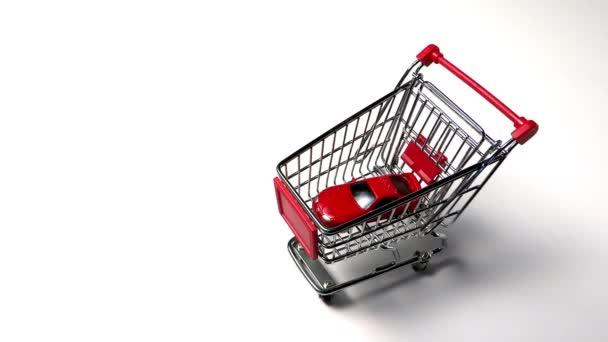 nákupní košík s domy a auta, koncept nákupu