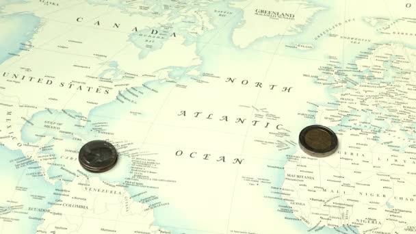 hromádky mincí, která je na pozadí mapy světa, ekonomiky koncepce