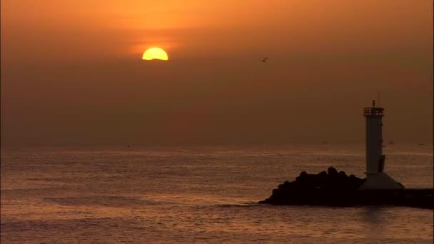Meereslandschaft mit Leuchtturm am Strand von Jumunjin