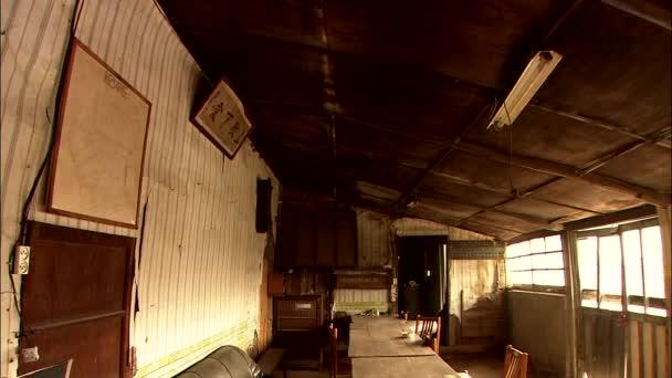 Elhagyott szoba asztalok, székek, sofa és órák a fal belső