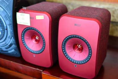 Stereo speaker system for display at the store