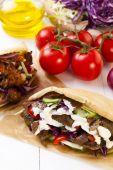 Kebab v rohlíku s omáčkou