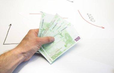 Boş bir sayfada çok para var. 2020 'de ekonomik büyüme grafiği. Euro 100, 50.