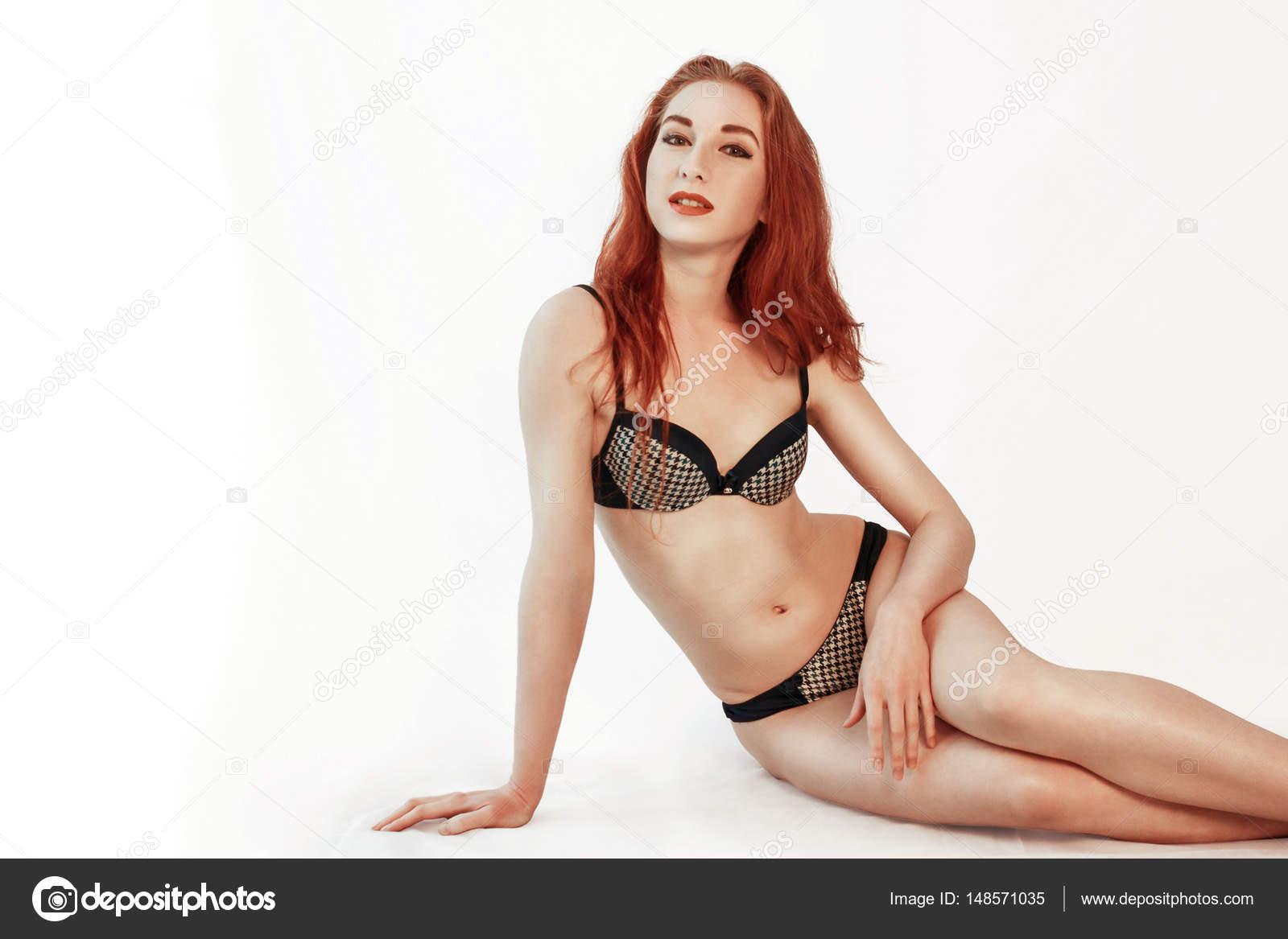 75aa586273 Modello di redhead lingerie in biancheria intima si siede sul ...