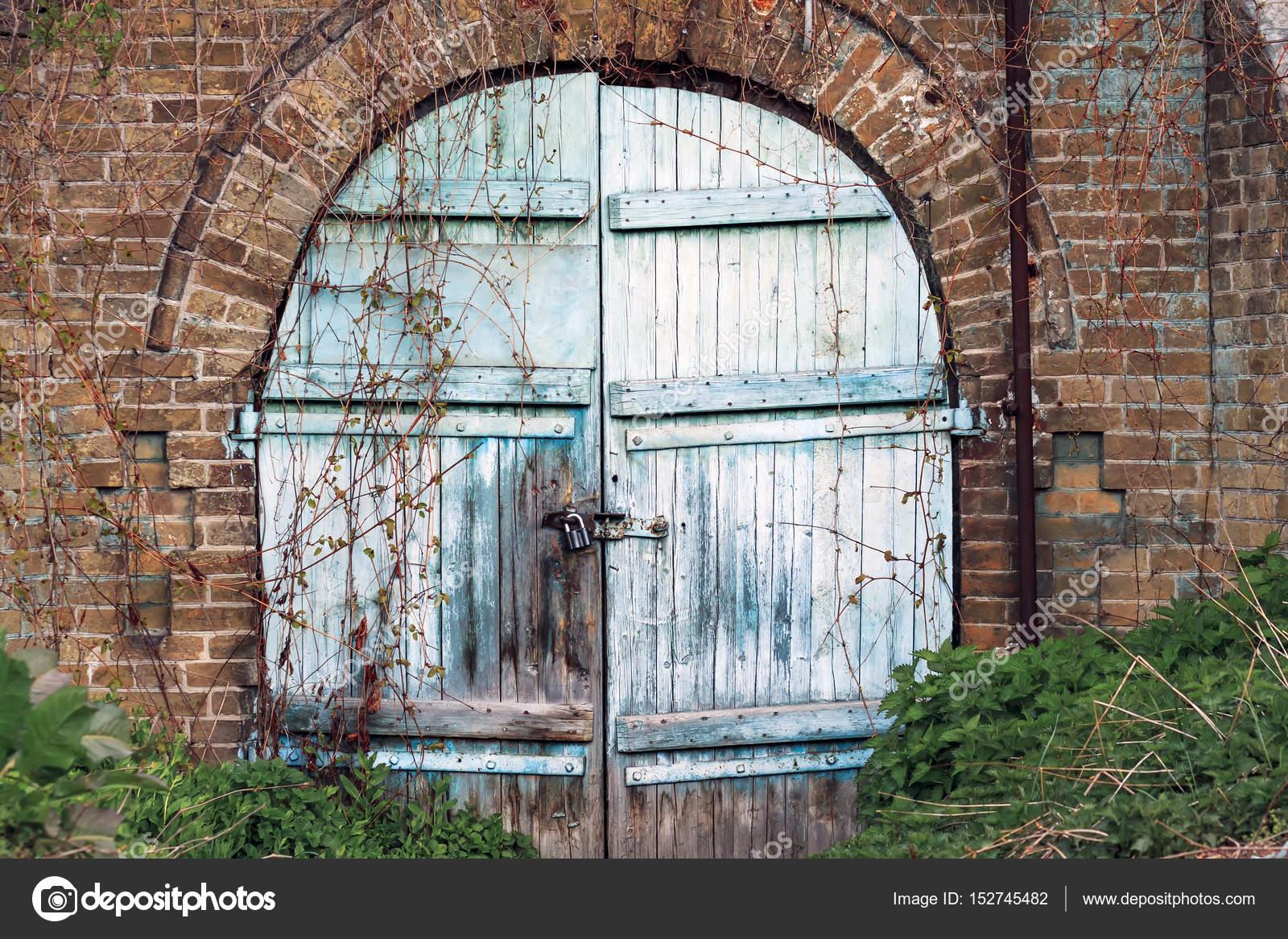 Mur De Briques Anciennes Grange Avec Porte En Bois Ancien Arrondi