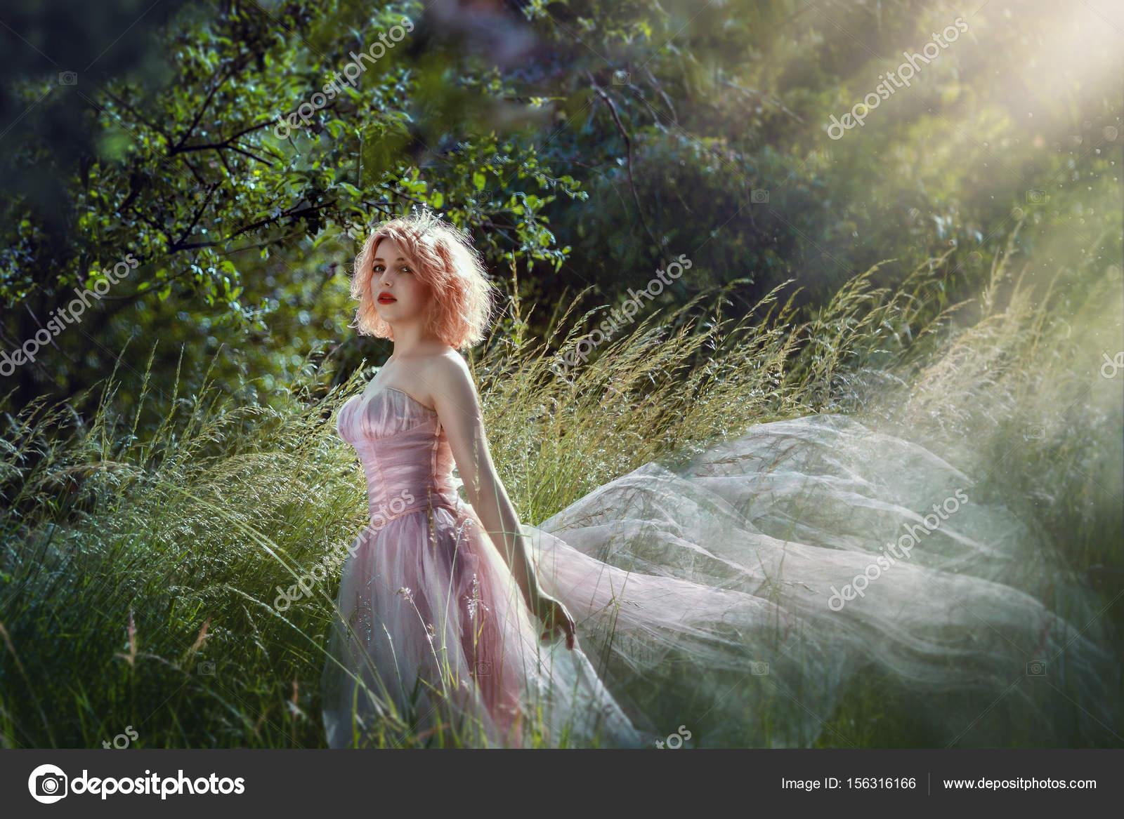 7b6089e7a Retrato de una hermosa muchacha en el vestido de púrpura. Cuento de hadas  sobre princesa caminando por el bosque ...