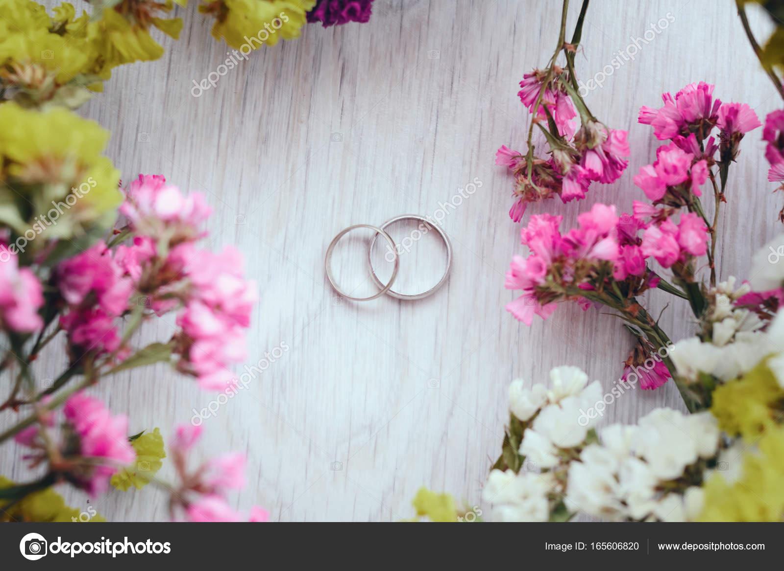 Nahaufnahme Der Goldene Hochzeit Ringe Und Kleine Blumen Auf