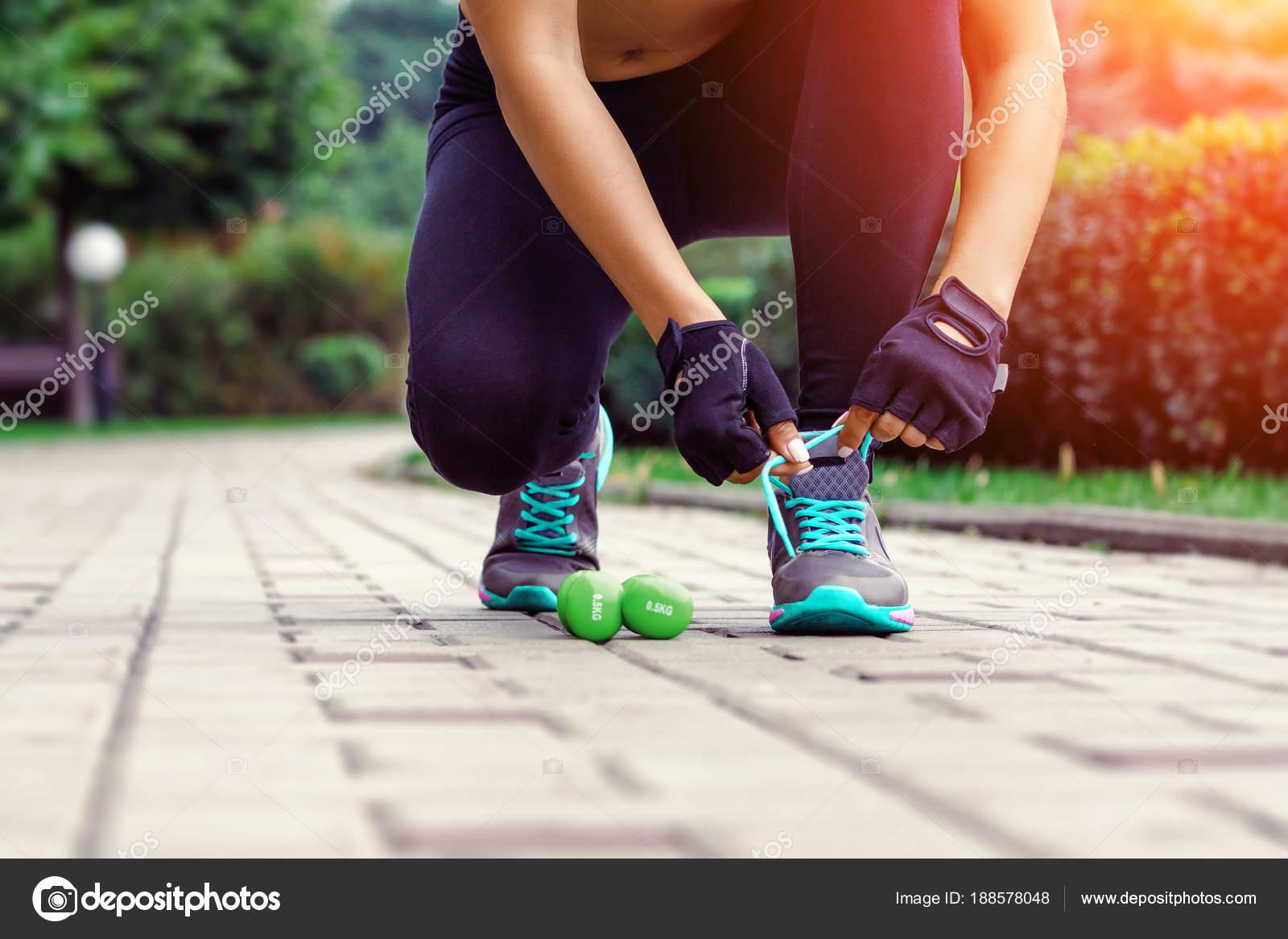 Frau Läufer Binden Sportschuhe. Gehen Oder Laufen Die Beine