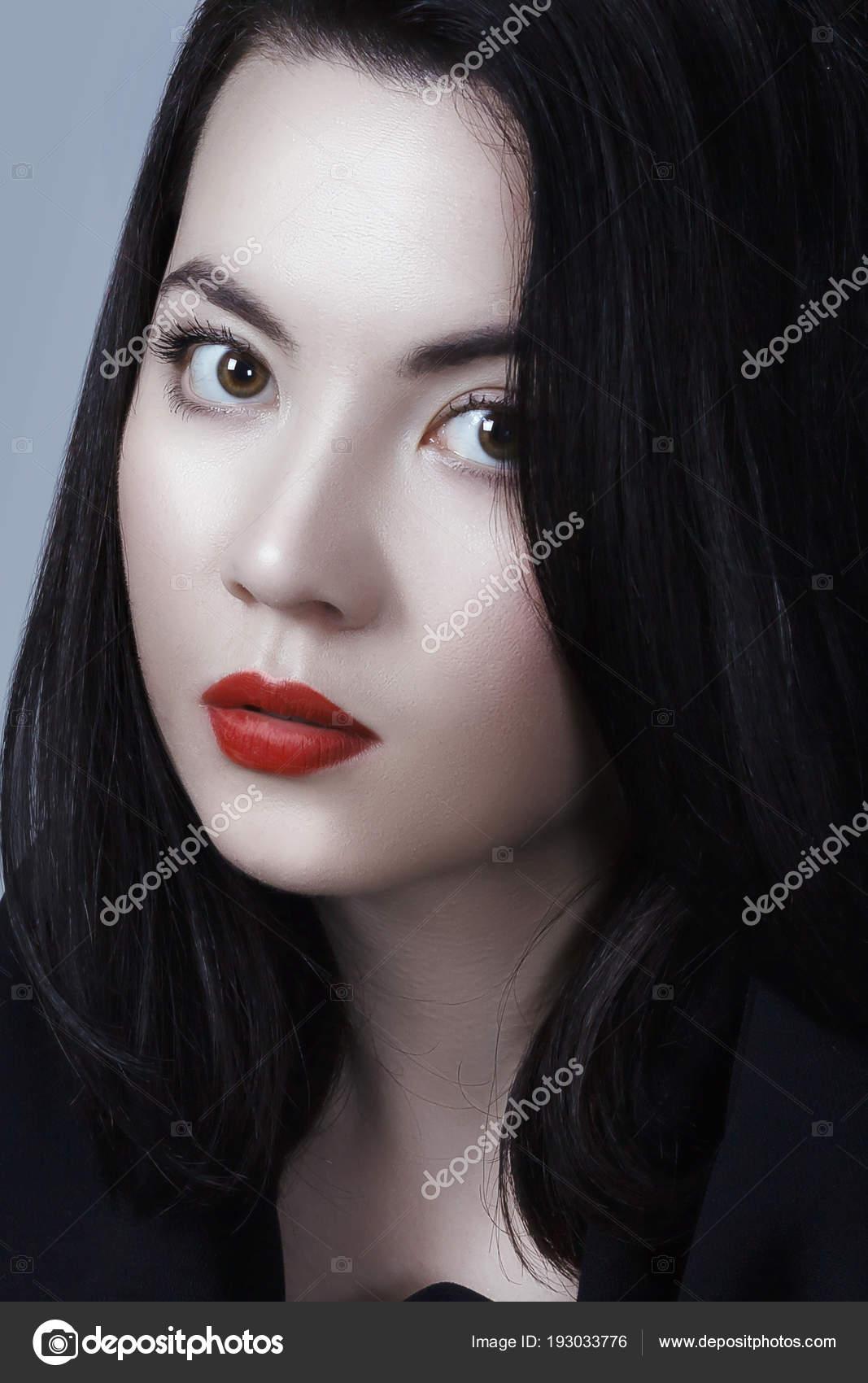 Beyaz Deri Kırmızı Dudaklar Ve Siyah Düz Saç Modeli Ile Genç