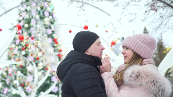 Romantikus pár közelében Karácsonyfa szabadban