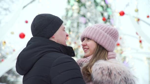 Szerető pár közel karácsonyfa szabadban