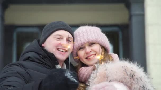 Romantikus pár kezében egy csillogó télen nap