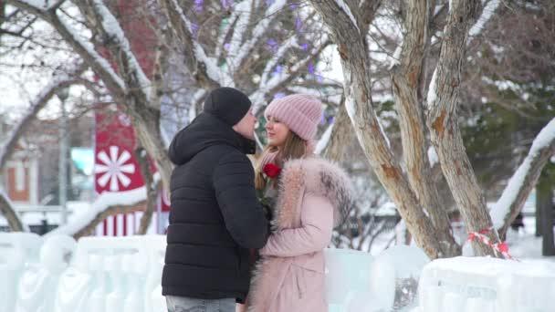 Fiatal pár Ismerkedés Téli idő szabadban